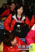 图文:中国短道队回国 队员推行李
