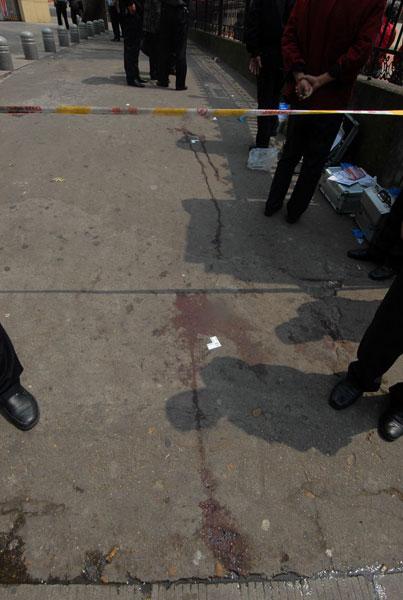 图为小学门口满地的血迹,现场已被警方封锁。东南快报-东方IC