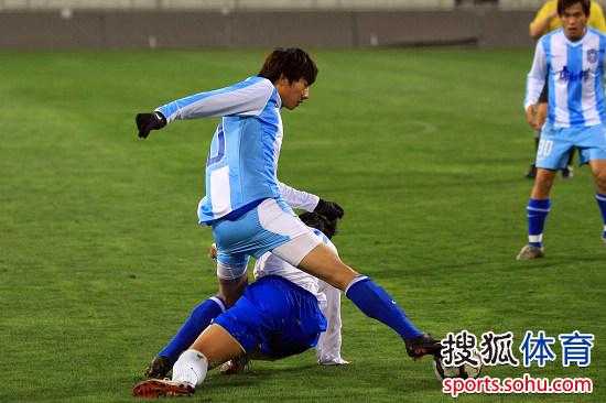 图文:[中超]天津热身1-0广州 毛彪积极拼抢