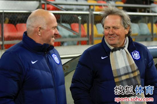 图文:[中超]天津热身1-0广州 阿里汉德容谈笑