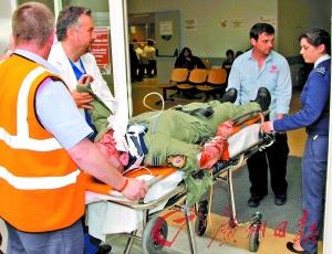 飞行员事发后跳伞逃生,头部和肩部受伤。
