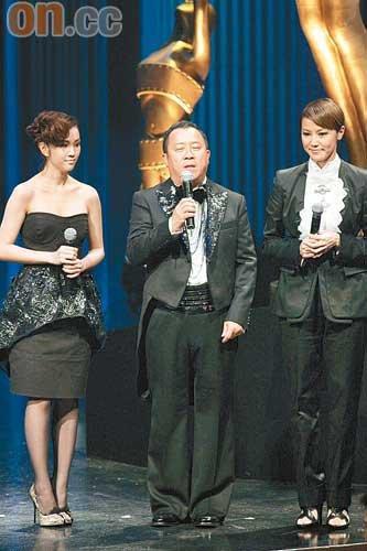 """谢安琪(左)去年也有出席""""金像奖"""",跟曾志伟及何韵诗任颁奖嘉宾"""