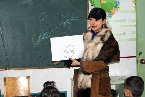郭金给孩子们上课