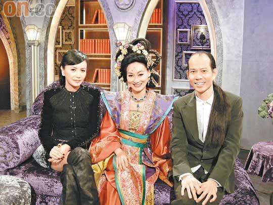 惠英红(中)接受苏民峰与曾华倩采访