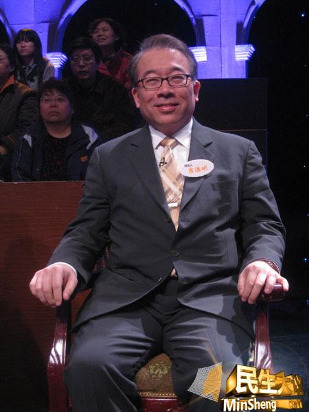 图为北京大学中国经济研究中心教授霍德明作为评议人在《民生大议》现场