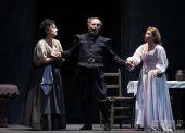 《弄臣》 意大利帕尔玛皇家歌剧院-A组首演-第一幕第2场-左起-卡塔琳娜・尼科里奇饰保姆乔瓦娜-里欧・努奇饰利哥莱托-德西蕾-兰卡托饰吉尔达