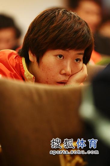 图文:乒乓球亚洲杯抽签仪式 李晓霞在看什么