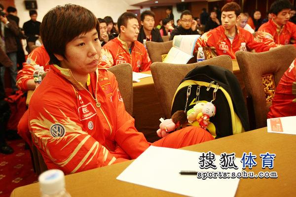 图文:乒乓球亚洲杯抽签仪式 李晓霞的包包