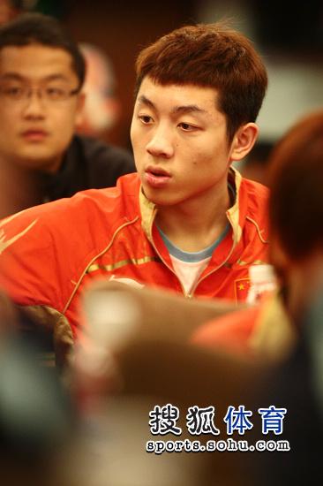 图文:乒乓球亚洲杯抽签仪式 许昕东张西望