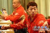 图文:乒乓球亚洲杯抽签仪式 许昕和人交流