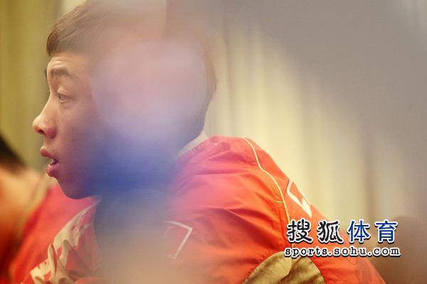 图文:乒乓球亚洲杯抽签仪式 许昕张大嘴巴
