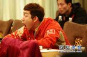 图文:乒乓球亚洲杯抽签仪式 许昕打个哈欠