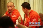 图文:乒乓球亚洲杯抽签仪式 马琳与人交谈