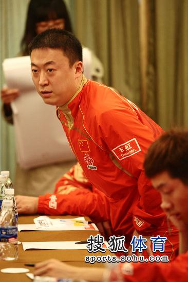 图文:乒乓球亚洲杯抽签仪式 马琳在看什么