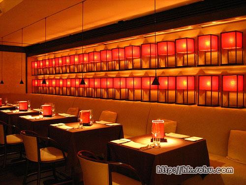 餐厅的其中一面墙壁上排列了两行ARMANI/CASA 的橙色灯笼,饶富特色