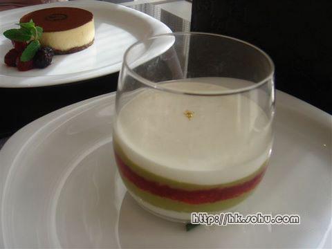 甜点中有三种有GUCCI的logo或经典花色。图为表现经典纹饰的Zuppa Inglese w/ Pistachio Cream,日币1500元