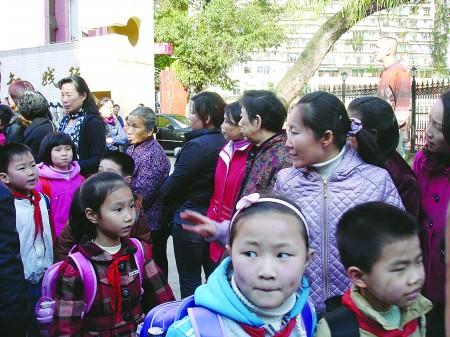 南平实验小学门口,挤满了等待接孩子的家长。