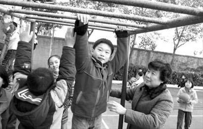 浦东南路小学里,志愿者正在协助老师看护学生