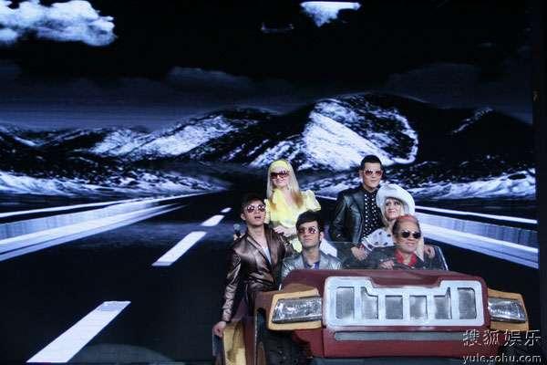 图:高凌风带领16强选手演绎《恼人的秋风》
