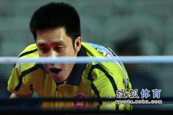 图文:亚洲杯小组赛第二轮获胜 高礼泽冷静迎战