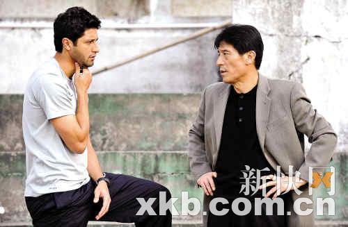 恒大广汽队新帅李章洙(右)向巴西外援德拉尼(左)了解伤情。