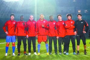 左起:赵�摇�安德鲁、久基奇、何塞、多乌达、赵世权、李毅男、田旭。 本报记者 高科 摄