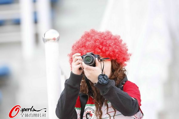 女球迷拍照