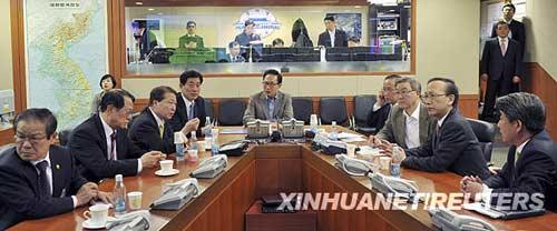 3月26日,在韩国首都首尔,韩国总统李明博(中)在警戒艇沉没事件发生后召开紧急安保会议。