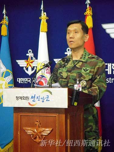3月27日,韩国军队联合参谋本部上校朴圣宇在首尔举行的记者会上介绍沉没船只情况。新华社/纽西斯通讯社