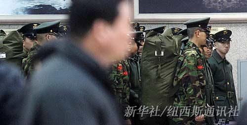 3月27日,在韩国仁川港登船口,出发去西海白翎岛的士兵准备登船。新华社/纽西斯通讯社