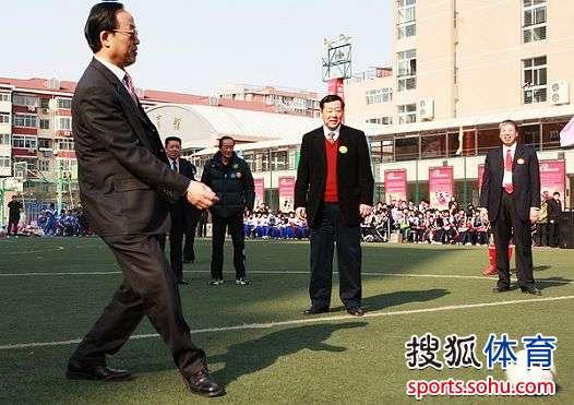 刘敬民与崔大林为比赛开球
