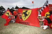 图文:F1澳大利亚站排位赛 场外的法拉利车迷