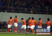 图文:[中超]山东4-2杭州 队友祝贺王永珀