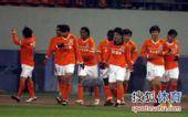 图文:[中超]山东4-2杭州 鲁能庆祝首球