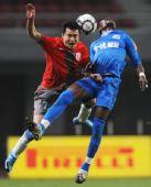 图文:[中超]长沙金德2-0上海 冯仁亮拼抢