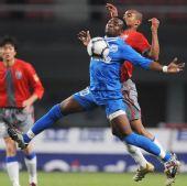 图文:[中超]长沙金德2-0上海 尼姆巴拼抢