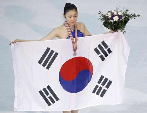 组图:浅田夺冠披旗绕场 金妍儿领奖台表情尴尬图片