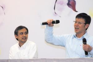 刘伟强(右)抢过陈嘉上的话筒,比划双截棍的招数