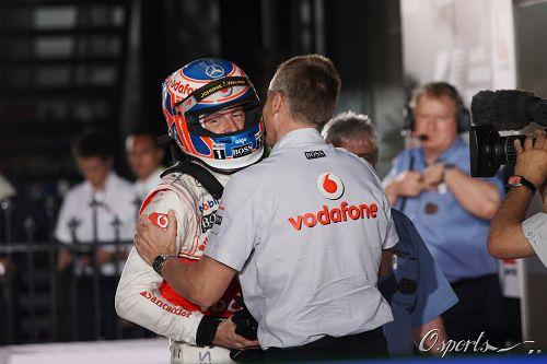 巴顿/图文:2010F1澳大利亚站正赛 惠特马什拥抱巴顿