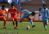 图文:[中超]青岛VS天津 奋力带球向前