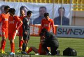 图文:[中超]青岛VS天津 队员受伤治疗