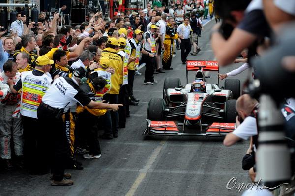 图文:F1澳大利亚站正赛 巴顿接受祝贺