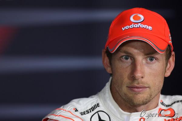 图文:F1澳大利亚站正赛 巴顿聆听提问