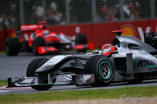 图文:F1澳大利亚站正赛 舒马赫在弯道中