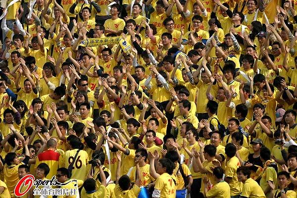 图文:[中超]陕西中建1-1大连 球迷整齐划一