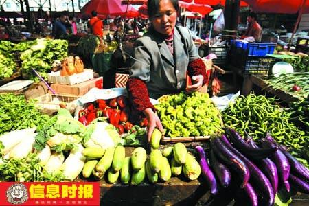 重点2 在云南省曲靖市罗平县,菜市场蔬菜供应充足,除部分本地菜略有涨价外,其他外地菜价与春节前持平。信息时报特派记者 任传富 摄.jpg