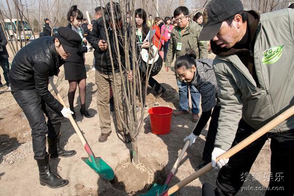 冯小刚夫妇与黄晓明出席植树活动