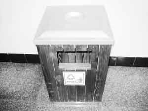 具店老板路边偷垃圾桶 称想开发类似产品