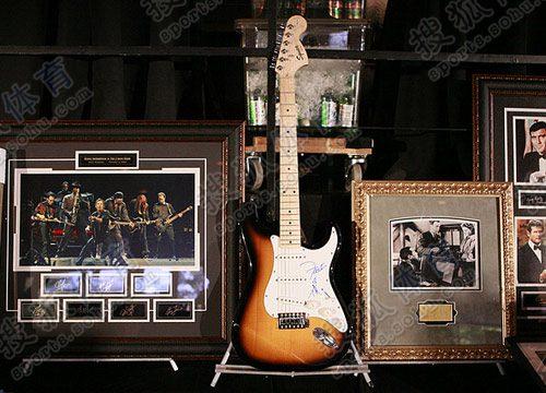 图文:姚明慈善晚宴 签名吉他