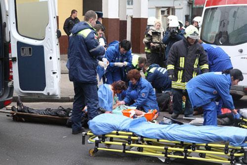 医护等工作人员正在紧急救治伤者